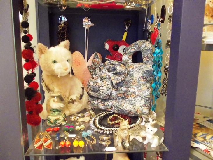biżuteria, obrazki, kubki i drobne gadżety w cenie od 5 zł do 60 zł